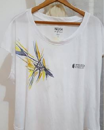 Remera estampada con diseño abstracto