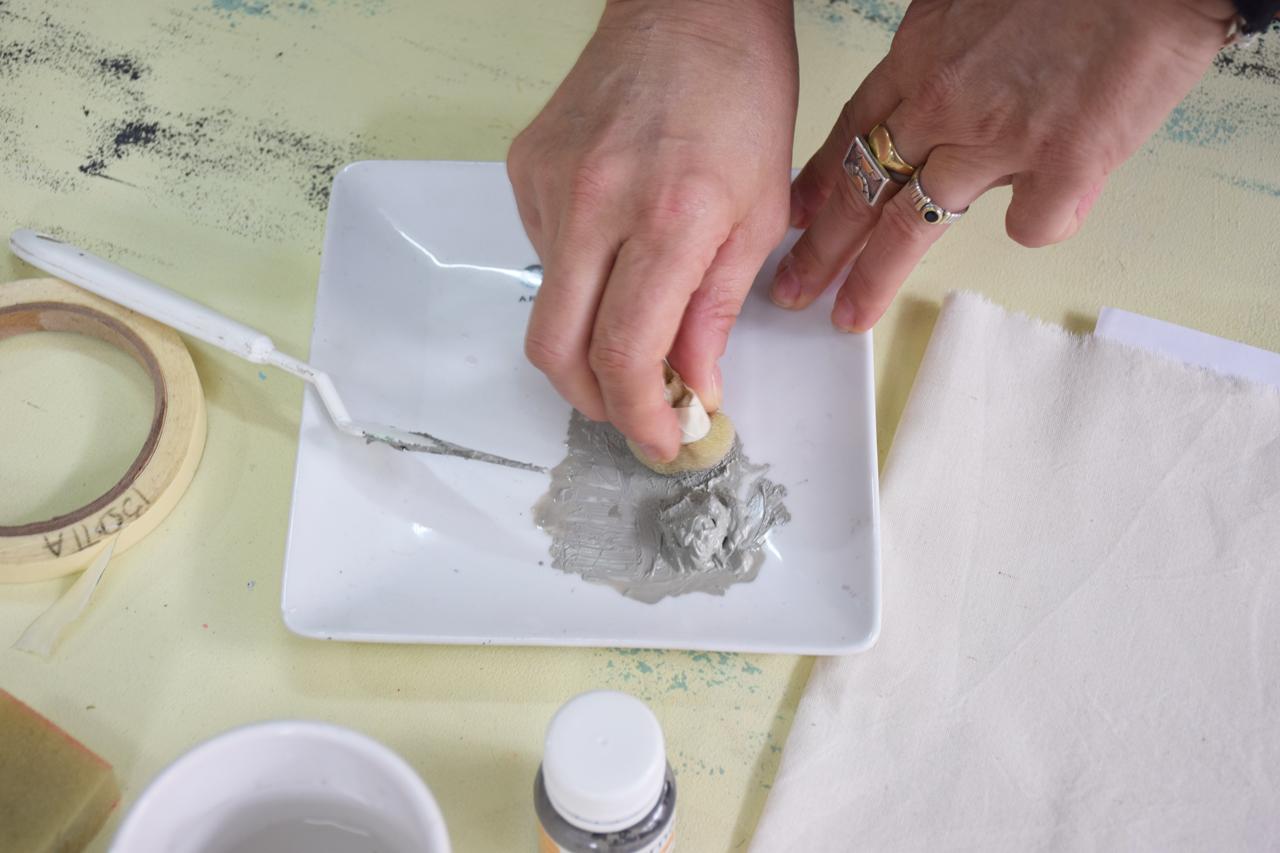 3- Colocá una buena cantidad de Pintura para Tela en tu paleta, sin diluirla. Silvia te recomienda especialmente no agregar agua cuando usás esténciles para evitar filtraciones.