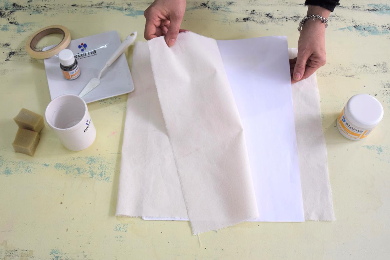1- Protegé siempre. Cuando empieces tu proyecto, colocá un papel debajo de la tela o dentro de la funda si ya está confeccionado para evitar filtraciones de pintura. ¡Vamos a pintar!