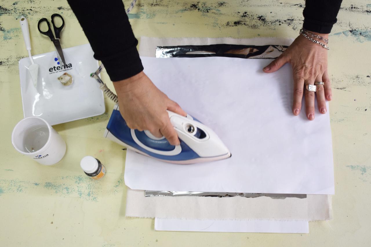 7- Protegé todo con un papel tipo afiche o sulfito y pasá la plancha en temperatura algodón, ejerciendo una leve presión. Dejá enfriar.