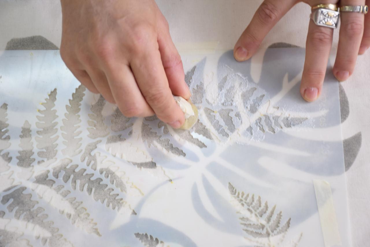 4- Ahora cargá la muñequita de goma espuma con producto y ponceá todo el calado del esténcil con el adhesivo.