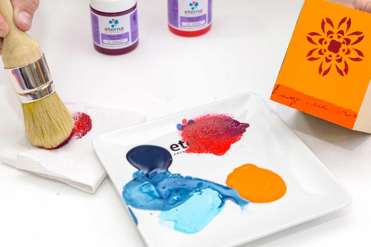 5- Esfumado en seco. Apoyá apenas una brocha de CKP sobre la pintura elegida, descargá varias veces en una servilleta.