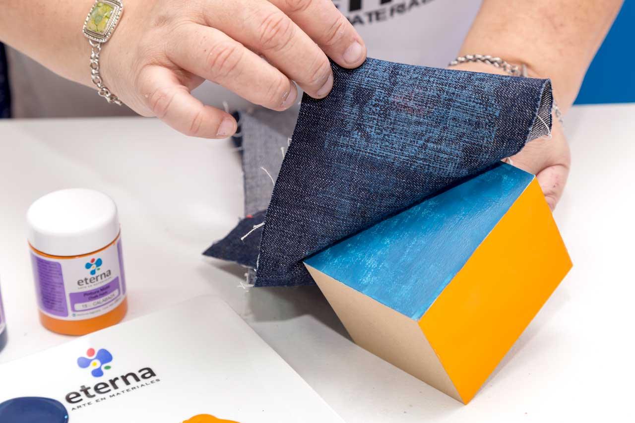 4- Levantá sin arrastrar para retirar material. Realizalo más veces si lo necesitás con otra parte de la tela.