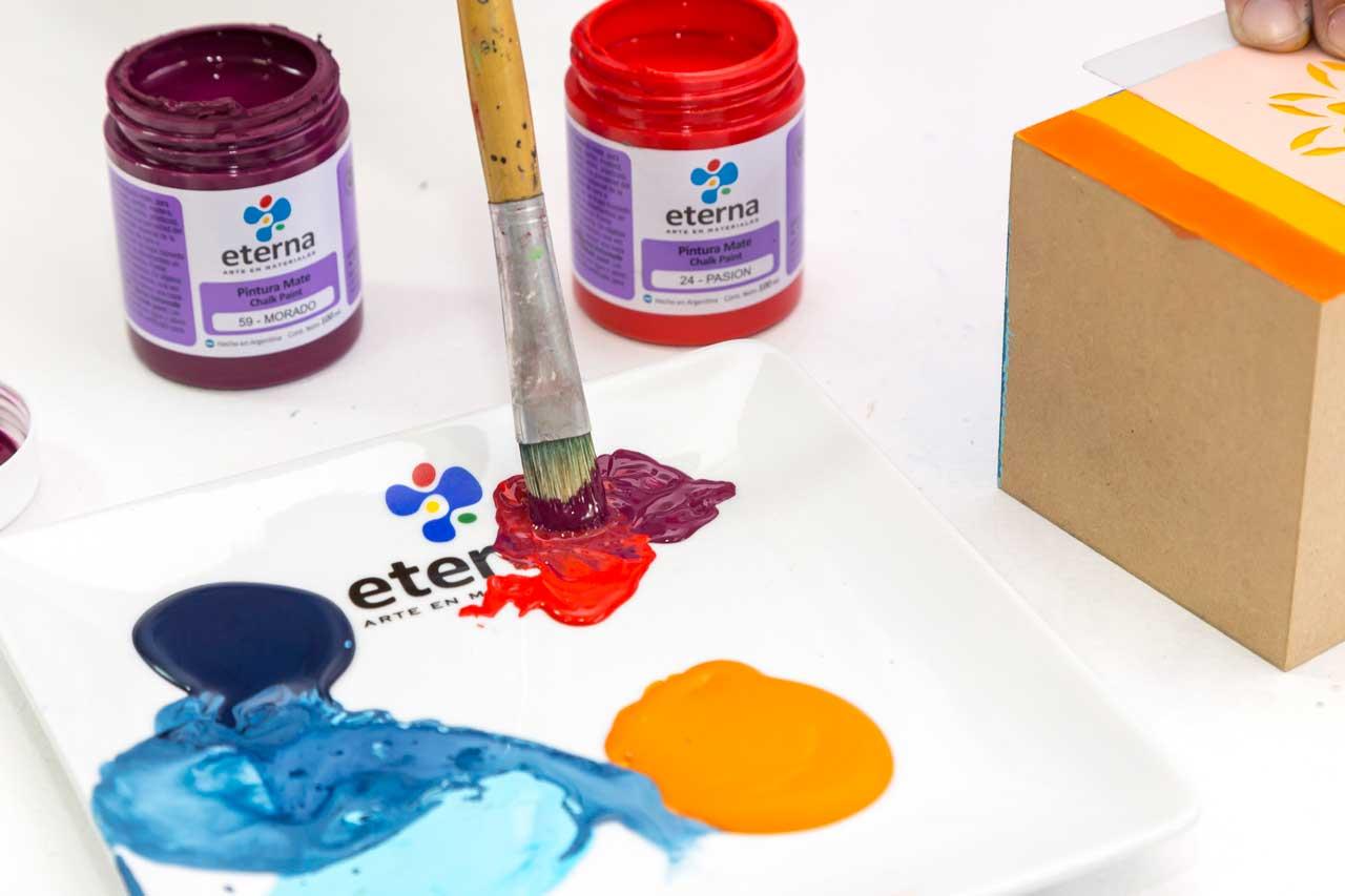 2- Esténciles: Elegí tonos oscuros que contrasten con el color de base. Cargá el pincel en la pintura, realizá una descarga en la paleta antes de pasar al esténcil.