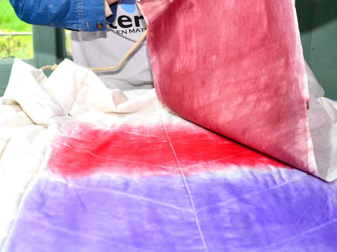 3- Cuando terminás de estampar la zona violeta, utilizá las láminas color Carmín. Podés jugar a superponer la zona en donde se unen los colores (se producirá una mezcla natural entre ambos) o dejar un espacio.