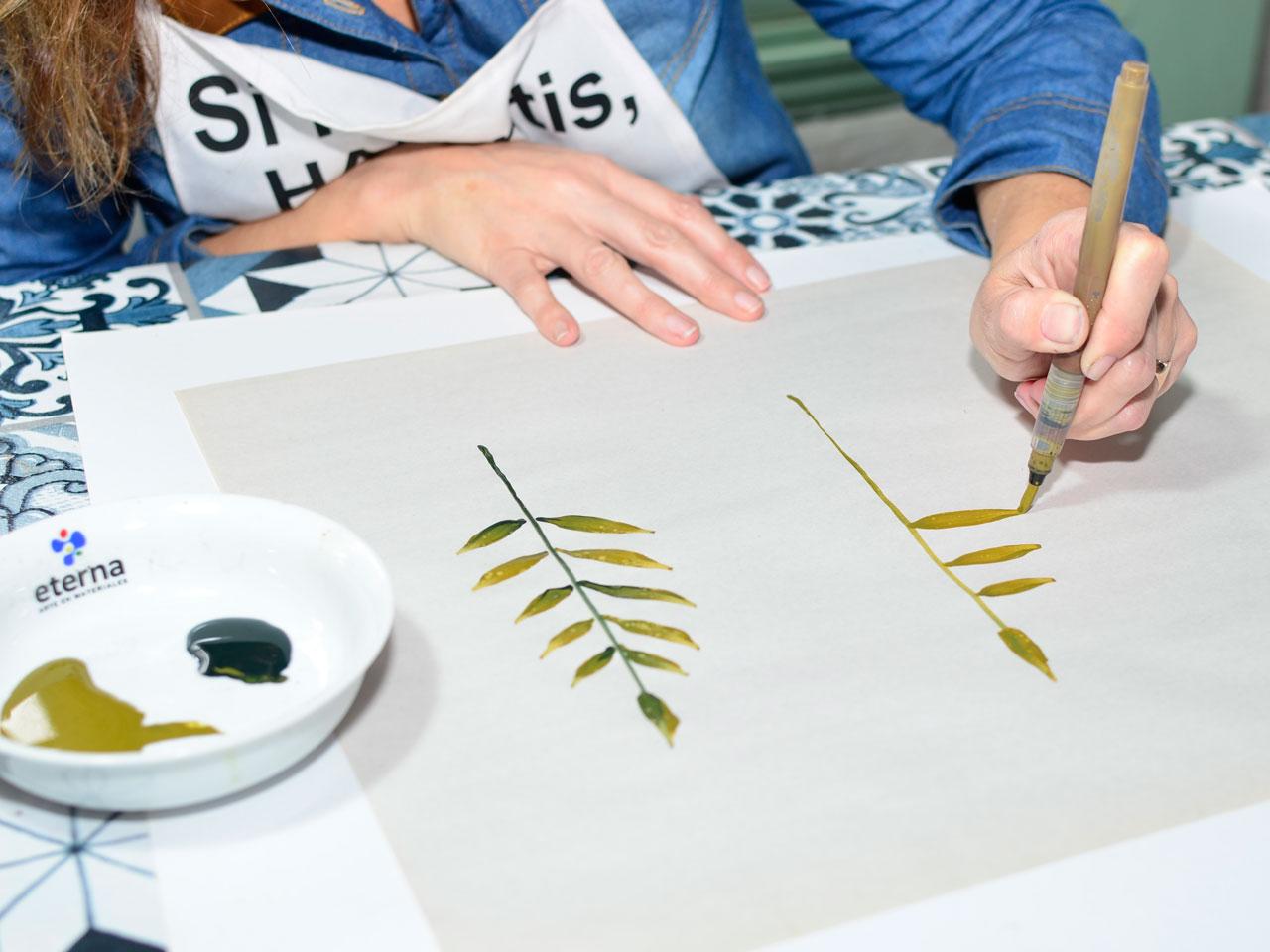 2- Cargá el color más claro en el tubo del pincel (si no tenés, podés usar uno redondo, por ejemplo). Antes de llevar a la hoja pasá las cerdas por el verde oscuro. Dibujá tallos.