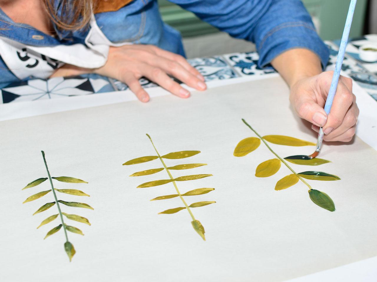 3- Las hojas podés hacerlas con el mismo pincel y la doble carga de verdes o usar un pincel común embebido en uno de los tonos.