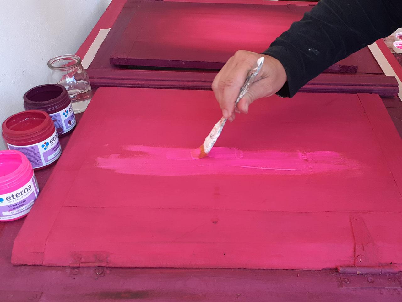 6- Comenzá pincelando en el centro del exterior de cada postigo una franja de Rosa Flúo.