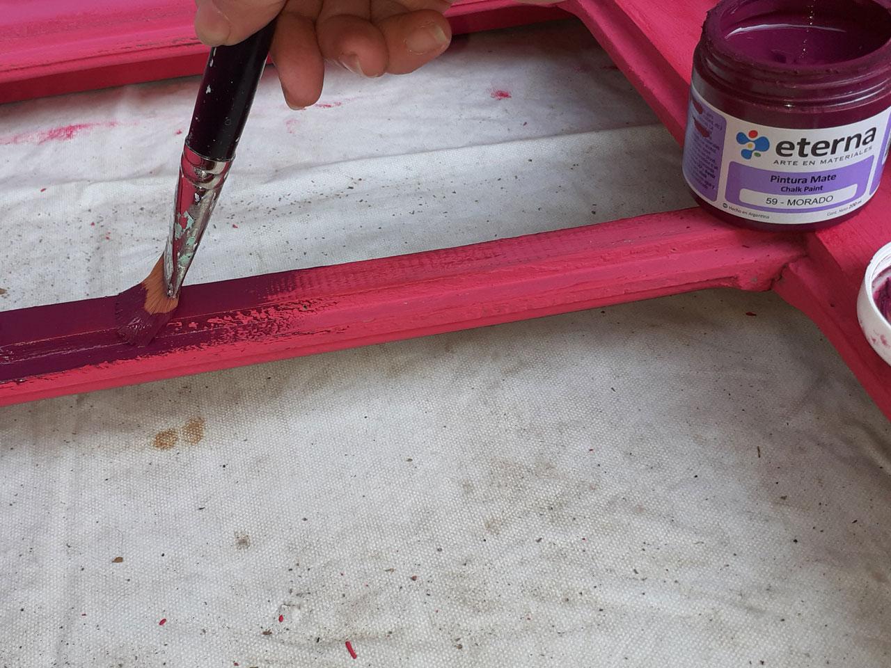 3- Con una pinceleta y color Morado pintá los paños de la ventana que contienen los vidrios.