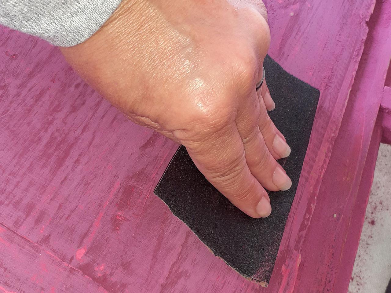 5- Una vez seco, repasá lo pintado con una lija muy suave: en las zonas en donde aplicaste cera antes de pintar se levantará la pintura. ¡Listo el desgastado!